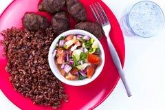Türkische Fleisch-Bälle Kofte mit rotem Pilaf Stockfotos