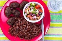 Türkische Fleisch-Bälle Kofte mit rotem Pilaf Stockfotografie