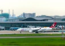 Türkische Fluglinie Airbus a330-300 entfernt sich bei Tan Son Nhat International Airport lizenzfreies stockfoto
