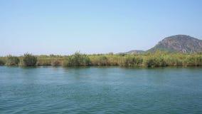 Türkische Flussreise entlang grüner Küstenansicht stock video