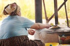 Türkische Frau, die gozleme kocht stockfotografie