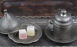 Türkische Freude in der traditionellen geschnitzten Osmaneart kopierte Metallplatte und Kaffeetasse lizenzfreies stockbild