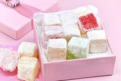 Türkische Freude in einer rosa Geschenkbox Stockfoto
