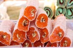 Türkische Freude Lokum Süße Süßigkeiten mit Nüssen türkische Freude zum Nachtisch Cezerye oder lokum Türkische Süßigkeiten und Bo Lizenzfreie Stockbilder