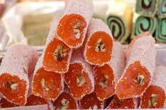 Türkische Freude Lokum Süße Süßigkeiten mit Nüssen türkische Freude zum Nachtisch Cezerye oder lokum Türkische Süßigkeiten und Bo Stockfotografie