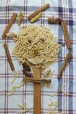 Türkische handgemachte Nudeln, natürliche Nudeln, natürliche Nudel, handgemachte Suppennudeln, handgemachte Teigwaren Lizenzfreie Stockfotos