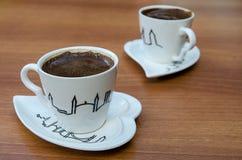 Türkische Kaffeetasse der Paare auf einem Holztisch lizenzfreies stockfoto