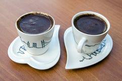 Türkische Kaffeetasse der Paare auf einem Holztisch stockfotos