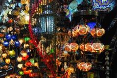 Türkische Lampen in einem Basar stockfoto