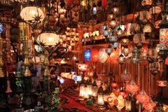 Türkische Lampen kaufen im großartigen Basar, Istanbul Stockbilder