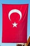 Türkische Markierungsfahne, die vertikal hängt. Lizenzfreie Stockfotografie