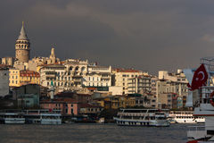 Türkische Markierungsfahne und Galata Kontrollturm Stockfotos