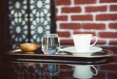 Türkische Mokka auf Metallbehälter mit Wasser im kleinen Glas stockbilder