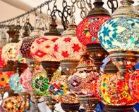 Türkische oder orientalische Lampen auf einem Basar Stockfoto