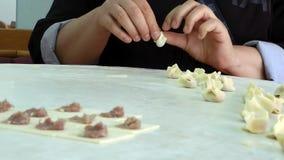 Türkische traditionelle Lebensmittel-Ravioli Gebäck genanntes Manti stock footage
