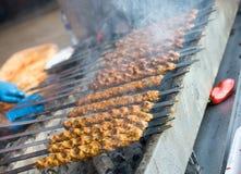 Türkischer Adana-/Urfa-Kebab, der in der Anzeige gegrillt wird lizenzfreies stockfoto