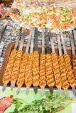 Türkischer Adana-/Urfa-Kebab, der fertig wird gegrillt zu werden lizenzfreie stockbilder