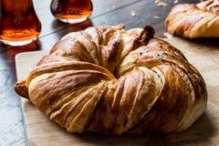 Türkischer Bagel Acma/Hörnchen mit Tee Stockfoto