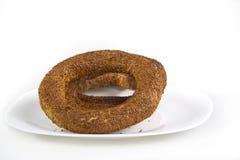 Türkischer Bagel, simit auf Frühstücksplatte Stockfotografie