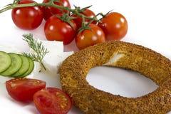 Türkischer Bagel, simit auf Frühstücksplatte Stockfotos