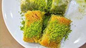 Türkischer Baklavanachtisch mit Pistazien stockfotografie