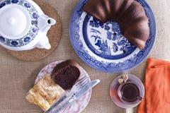Türkischer borek und Schokoladenkuchen für Tee Stockbilder