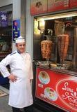 Türkischer Chef, der mit seinen Doner-Kebabs aufwirft Lizenzfreies Stockbild