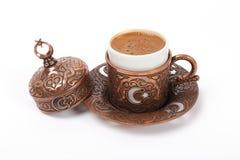 Türkischer Kaffee in der Flaggenkupferschale lizenzfreie stockfotos