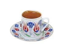 Türkischer Kaffee mit der traditionellen Osmanemotivschale lokalisiert auf weißem Hintergrund stockfotos