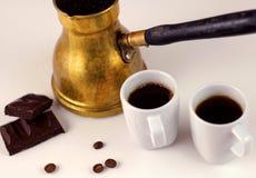 Türkischer Kaffee mit dunkler Schokolade Stockfotografie