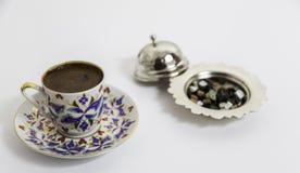 Türkischer Kaffee mit kleiner Schokolade mit authentischer Schale Stockbilder