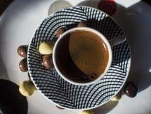 Türkischer Kaffee mit Schokoladendragée Stockfotos