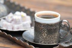 Türkischer Kaffee mit traditionellem Cup und Tellersegment stockbild