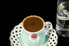 Türkischer Kaffee und Glas Wasser lizenzfreie stockfotografie