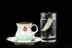 Türkischer Kaffee und Glas Wasser lizenzfreies stockbild