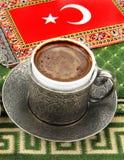 Türkischer Kaffee und türkische Flagge auf einem Teppich lizenzfreie stockfotografie