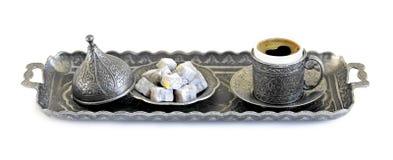 Türkischer Kaffee und türkische Freude mit alter traditioneller prägeartiger Metallschale und -behälter stockfoto