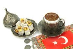 Türkischer Kaffee und türkische Freude mit türkischer Flagge lizenzfreies stockfoto