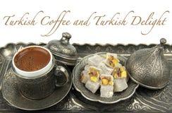 Türkischer Kaffee und türkische Freude mit traditioneller Schale und Behälter stockbilder