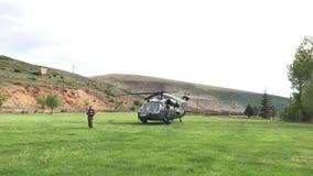 Türkischer Soldat, der den Rettungs-Hubschrauber schützt stock video footage