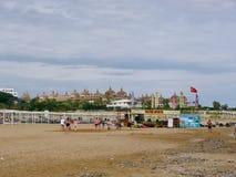 Türkischer Strand und die großen schütteln sich im Hintergrund Lizenzfreies Stockfoto