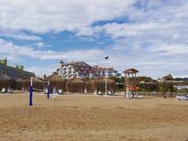 Türkischer Strand und die großen schütteln sich im Hintergrund Stockbilder