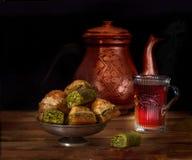 Türkischer Tee, Baklava und Teekanne Stockfotos