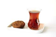 Türkischer Tee im traditionellen Glas mit Plätzchen Lizenzfreies Stockfoto