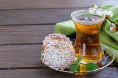 Türkischer Tee mit Minikekse Stockbild