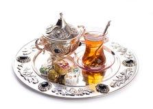Türkischer Tee und Bonbons stockbild