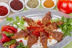 Türkischer und arabischer Lebensmittel-Kebab mit Jogurt Stockfotos