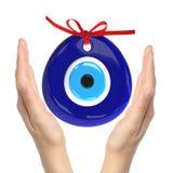 Türkisches Amulett Schlechtes Auge Über Händen mit weißen Hintergründen, 3D Stockfoto