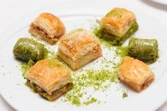 Türkisches Baklava auf Platte Stockfotografie
