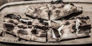 Türkisches Brot nicht sehr appetitanregend zugebereitet mit dem Käse, entfremdet durch blasse Farben lizenzfreie stockbilder